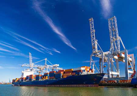 Duży kontenerowiec rozładunku w porcie Rotterdam, Holandia