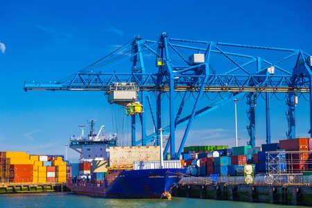 Gran buque de contenedores descargados en Puerto de Rotterdam, Países Bajos Foto de archivo - 43236000