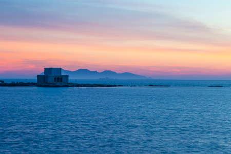 Altes Schloss am Meer in Trapani, Sizilien, Italien in der Dämmerung