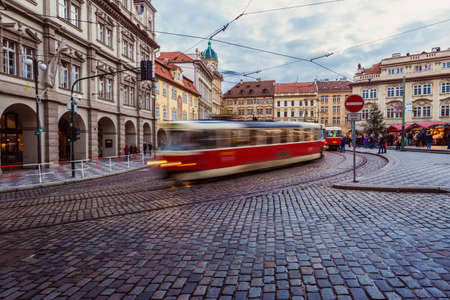 paso de peatones: tranvía antiguo Tatra T3M en el desenfoque de movimiento en la plaza Malostranske namesti en Praga Mala Strana
