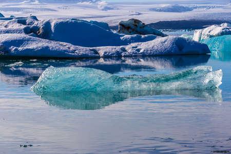 Drijvende ijsbergen in de Glaciale Lagune Jokullsarlon, Zuid-IJsland