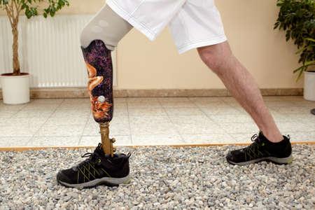 Man prothesedrager opleiding in een speciale parcour of interieur gebied waar oppervlakken zijn aangelegd om realistische ecologische situaties simuleren