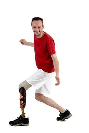 Gelukkig positieve mannelijke geamputeerde vastbesloten om zijn handicap te overwinnen met zijn behendigheid met het gebruik van een prothese Stockfoto
