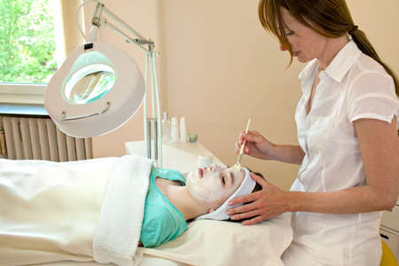 Alternative praticien application d'un peeling chimique à une patiente