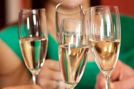 brindisi spumante: Bicchieri tintinnano in festa e tostatura di tempi migliori.