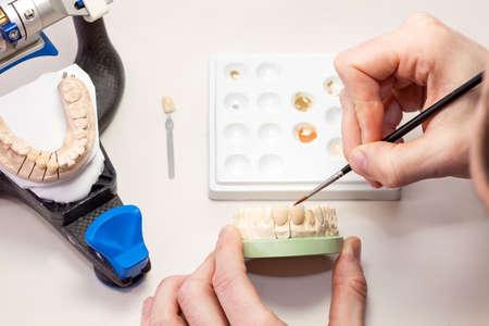 molares: Proceso de Elaboración Artificial Dental humano, aislado en blanco de mesa.