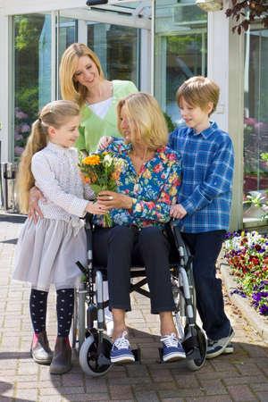 niños discapacitados: Un retrato de una familia sonriente al aire libre Foto de archivo