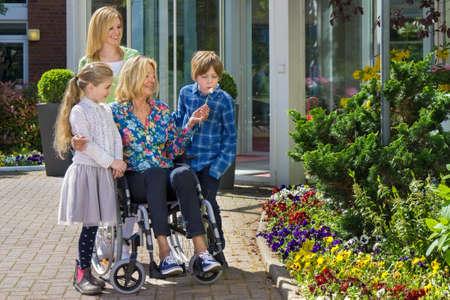 discapacidad: Sonriendo familia est�n disfrutando de su tiempo juntos