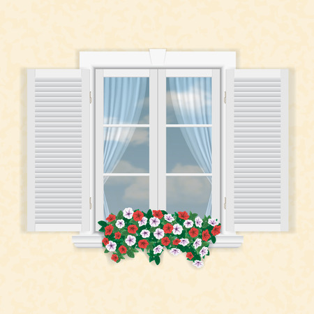 weiße Fenster mit Fensterläden und Blumen auf beige Wand Hintergrund