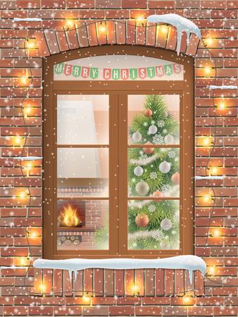 Ver a través de una ventana en el interior de una sala de estar de la Navidad con el árbol de Navidad y la chimenea. La fachada de ladrillo de la casa está decorada con una guirnalda de bombillas.