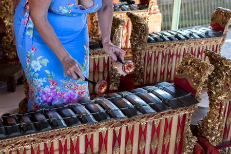 xilofono: Manos de mujer y instrumento de música balinés tradicional gamelan. Isla de Bali, Indonesia.