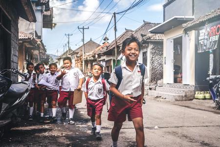Bali, Indonesië - 23 mei 2018: Groep Balinese schooljongens in een schooluniform op straat in het dorp.