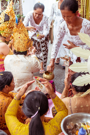 BALI, INDONESIA - JANUARY 2, 2019: People on a traditional balinese wedding ceremony. 新聞圖片