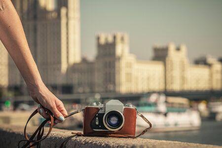 Retro vintage old camera on a city background. Retro color. Vintage photography. 版權商用圖片
