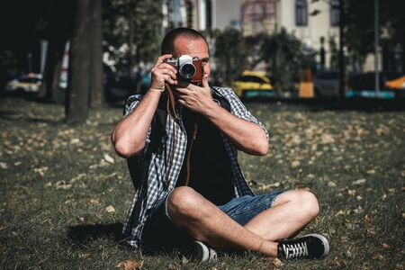 Man holding retro camera. Vintage camera. Photographer. Stockfoto