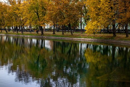 Autumn forest lake reflection landscape. Autumn pond. Fall nature landscape. Stockfoto