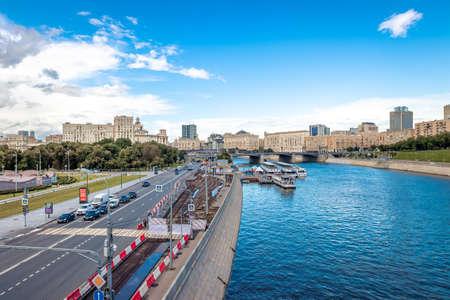 MOSCOW, RUSSIA - JULY 27, 2020: Berezhkovskaya embankment, view from the bridge. Beautiful view. Banco de Imagens
