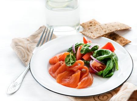 salmon ahumado: Salm�n salado con ensalada verde fresca, patatas fritas en el lado, el enfoque selectivo Foto de archivo
