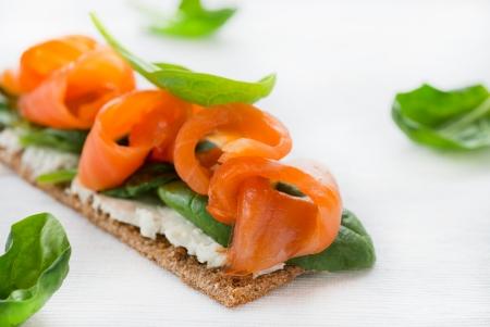 bocadillo: Salm�n salado en pan crujiente con queso y espinaca, atenci�n selectiva
