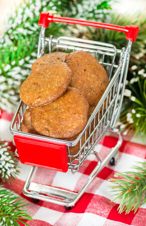 gingerbread cookies: Lebkuchen gingerbread cookies in shopping basket, selective focus