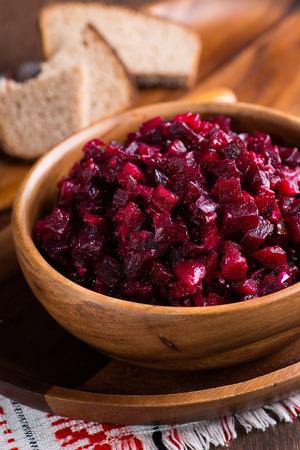 ensalada rusa: Ensalada de remolacha ruso en cuenco de madera con pan de centeno, r�stico, de cerca, atenci�n selectiva