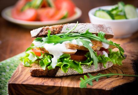 sandwiche: Rye brindisi Sandwiche con foglia verde, Tomao e pollo, messa a fuoco selettiva Archivio Fotografico