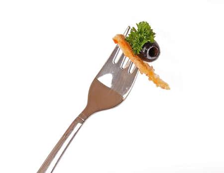 Close up di una forchetta con insalata greca