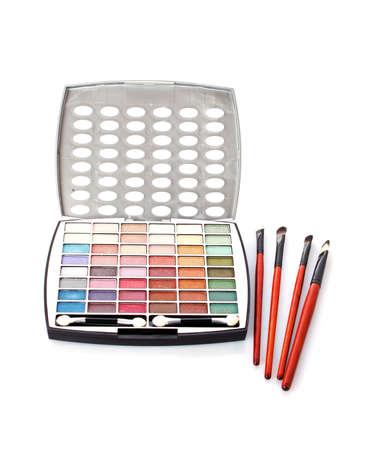 Big eye shadow kit, rouge e spazzole su sfondo bianco