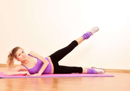 gimnasia aerobica: Chica joven fitness hermoso ejercicio en el gimnasio  Foto de archivo