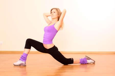 Fitness belle jeune fille, exerçant dans le gymnase  Banque d'images - 7223090