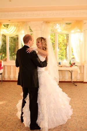 Coppia appena sposata ballare il loro primo ballo