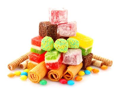 in a pile: jalea de dulces coloridos sobre fondo amarillo