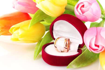 anillos de boda y el ramo de flores en blanco