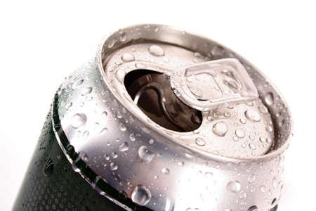 gold cans: Primo piano di birra metallici con gocce d'acqua isolati su bianco