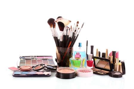 Molti prodotti cosmetici donna colorati con fiore su sfondo bianco bianco
