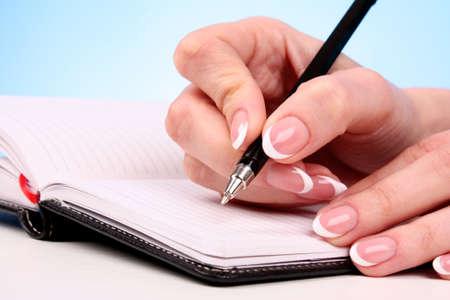 Donna scrittura mano con matita