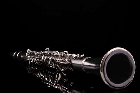 clarinete: Clarinete aislado en negro