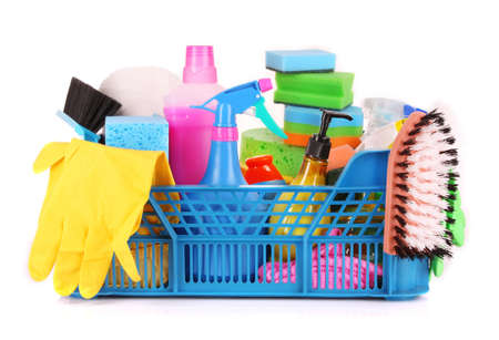personal de limpieza: Art�culos en la cesta sobre fondo blanco de limpieza Foto de archivo