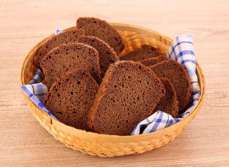 Arrangement de pain dans le panier isolé sur fond blanc