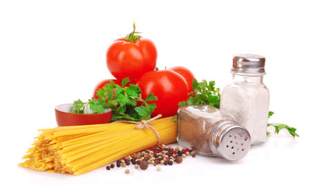 italienisches essen: Pasta Spaghetti mit Tomaten, Oliven�l und Basilikum auf wei�em Hintergrund