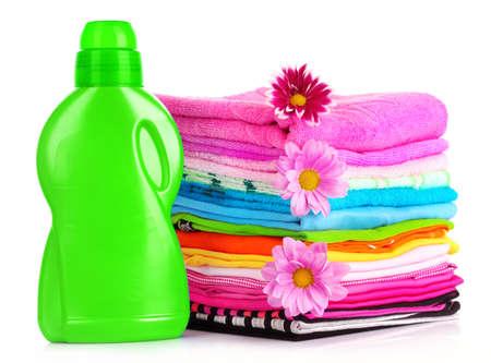 umyty: Stos kolorowe ubrania nad białym tłem