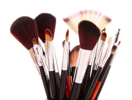 productos de belleza: pinceles de cosm�ticos en blanco