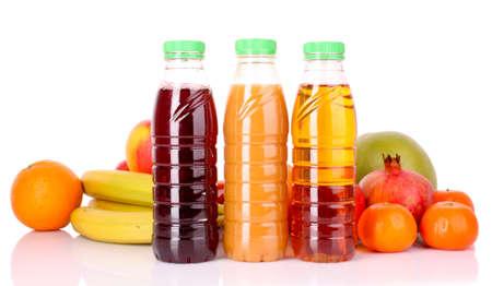 jus orange glazen: flessen sap met rijpe vruchten op witte achtergrond Stockfoto