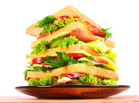 sandwich de pollo: Sandwich enorme sobre fondo blanco