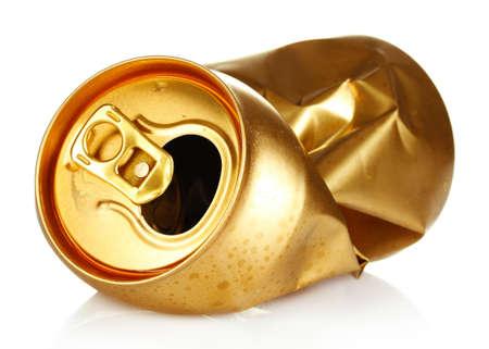 tin cans: verfrommeld lege blikje op wit wordt geïsoleerd