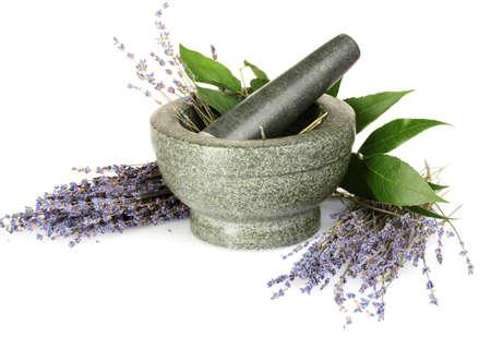 plantas medicinales: Hermosa lavanda en un mortero aislado en blanco