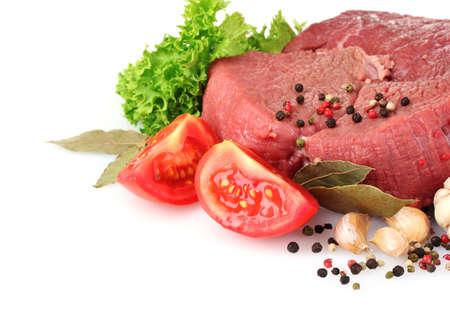 carne cruda: carne cruda, verduras y especias aislados en blanco Foto de archivo