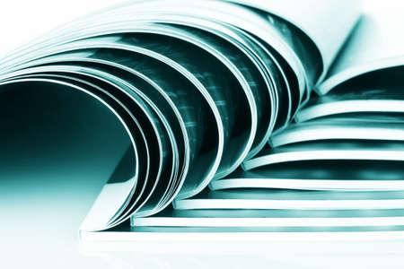 vele tijdschriften op wit wordt geïsoleerd Stockfoto