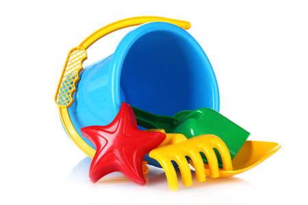 envases plasticos: juguetes de playa aisladas en blanco