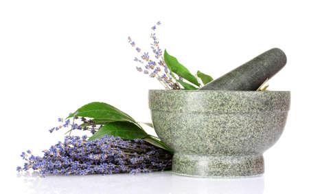 vijzel: Mooie lavendel in een vijzel op wit wordt geïsoleerd